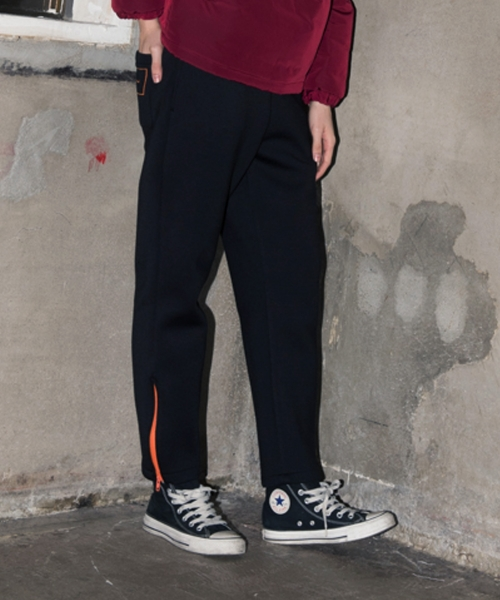 앳 더 모먼트(AT THE MOMENT) Logo Point Sweatpants (BLACK)