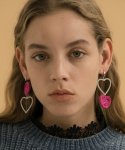 메리모티브(MERRYMOTIVE) Twinkle double heart metalic knit earring (Pink)